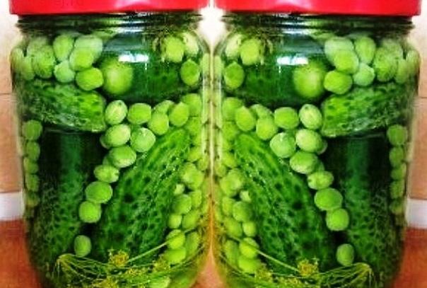 огурчики маринованные с зелёным горошком.