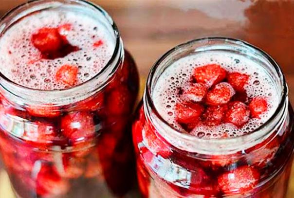 Как сварить густое клубничное варенье на зиму с целыми ягодами. 5 подробных рецептов приготовления Сегодня поговорим о том как сварить густое вкусное клубничное варенье что бы сохранить ягоды целыми, а также сохранить все витамины. Клубника одна из первых сладких ягод появляется на огороде и радует нас своим ароматом и вкусом. Ведь когда стоит на столе тарелка с клубникой просто не возможно пройти мимо что бы не попробовать эти красные ягодки. Как сварить густое клубничное варенье на зиму с целыми ягодами. 5 подробных рецептов приготовления Многие хозяюшки стараются заготовить её на зиму что бы потом в холодное время наслаждаться вкусным клубничным вареньем. Рецептов как сварить клубничное варенье действительно много. Но мы сегодня разберем самые востребованные и самые проверенные рецепты как заготовить клубнику на зиму. 1. Густое клубничное варенье с целыми ягодами Для того что бы сделать любое варенье не только клубничное густым его нужно очень долго варить. Да времени уходит гораздо больше, но зато вкус от этого только выигрывает. Ингредиенты: клубника 1 кг. сахар 1 кг. Приготовление: Для того что бы клубника хорошо проварилась не стремитесь покупать более крупные ягоду в этом рецепте приветствуются маленькие ягоды. Клубнику обязательно промыть перебрать и просушить. После мойки я её выкладываю на полотенце примерно на 20-30 минут и периодически переворачиваю что бы вся лишняя вода впиталась в полотенце. Далее четверть от всей подготовленной клубники закладываем в кастрюлю и пересыпаем не большой порцией сахара. Далее даем еще слой клубники и также пересыпаем его сахаром. Оставьте ягоды в сахаре на 7-9 часов. Я делаю это с вечера и оставляю на всю ночь. Утром вы увидите что клубника дала много сока это хорошо. Теперь при помощи шумовки нужно достать ягоды. Так сказать отделить ягоды от сока. Ягоды складываем отдельно, а сироп ставим на плиту и варим его примерно 20-30 минут после закипания. Не забываем перемешивать его что бы он не пригорел. За время варки сироп 