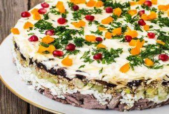 Салат с говядиной, черносливом и грибами