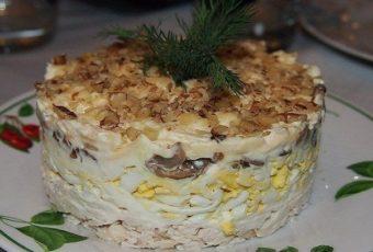 Салат с курицей , грибами и грецким орехом