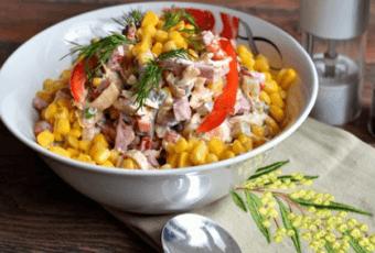 Праздничный блинный салат с колбасой – оригинальное сочетание ярких красок