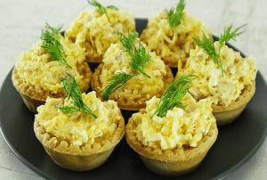 Сырный салат в тарталетках