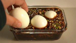 Берем яйца вкрутую и оставляем в соевом маринаде. За 2 часа получили новое блюдо