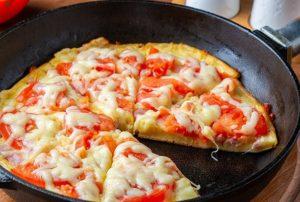 Ленивая пицца готова за 8 минут: вместо коржа из теста жарим блин, а поверх раскладываем начинку