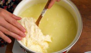 Итальянскую моцареллу не покупаем, а делаем на кухне. Требуется только молоко и немного уксуса