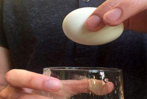 Чистим яйцо стаканом за 10 секунд: просто трясем, и скорлупа отпадает сама