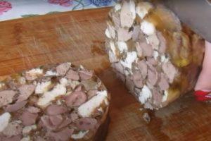 Бюджетная холодная закуска, напоминающая одновременно холодец и домашнюю колбасу