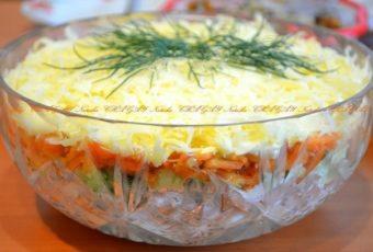 Салат с копченой курицей, корейской морковью и огурцом