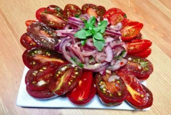 Рецепт дала теща: 5 минут и готово! Закуска из лука и помидоров уже покорила сердца всех друзей
