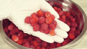 Полностью не замораживаю, варенье не варю и обхожусь без контейнеров. Как храню ягоду целый год