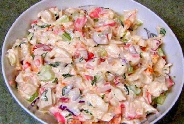 Рецепт легкого овощного салатика с крабовыми палочками. Легкий, но сытный!