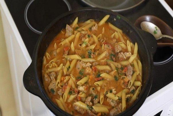 В командировке в Казани нас угостили традиционным блюдом. Долго не могла понять, как макароны получаются такими вкусными, но местные поделились рецептом.