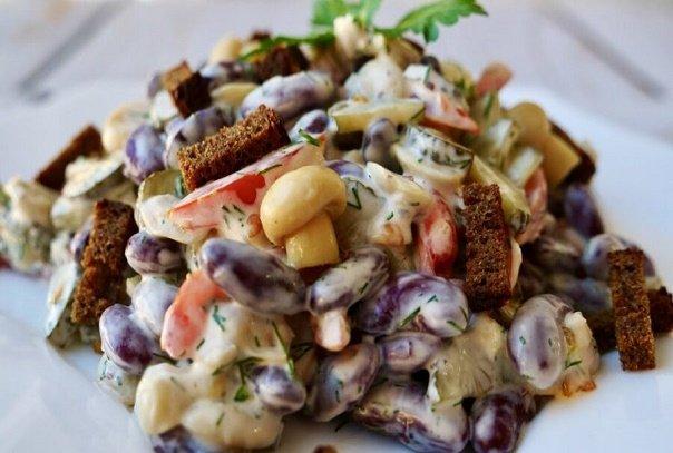 Закусочный салат из красной фасоли с сухариками: очень сытный и подходит для любого застолья