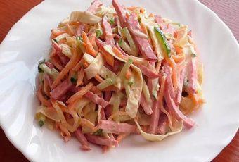 Салат с копчёной колбасой - 8 простых и вкусных рецептов