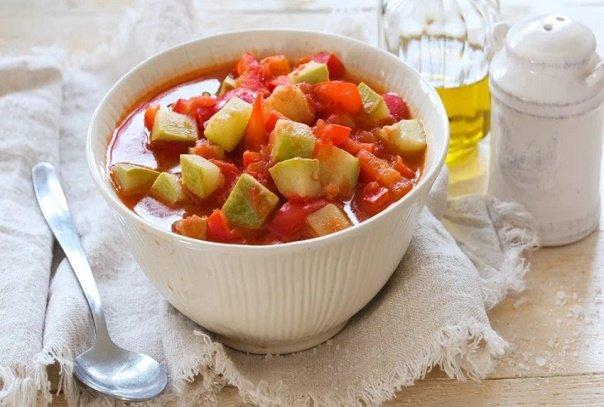 Хотите всегда иметь под рукой аппетитную овощную закуску? Приготовьте лечо из кабачков на зиму.