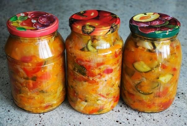 Это вкусный овощной салат на зиму, готовится без особых хлопот, хорошо хранится. Обязательно попробуйте. Это одна из моих самых любимых заготовок.