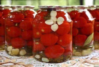 Сладкие, терпкие и ароматные – вкус маринованных помидоров, приготовленных по бабушкиному рецепту