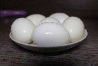 Взял себе на заметку, как покрошить десяток вареных яиц на салат за несколько минут без ножа и сетки